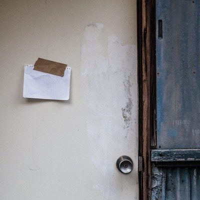 「平屋の玄関に貼られた1枚のメモ書き」の写真素材