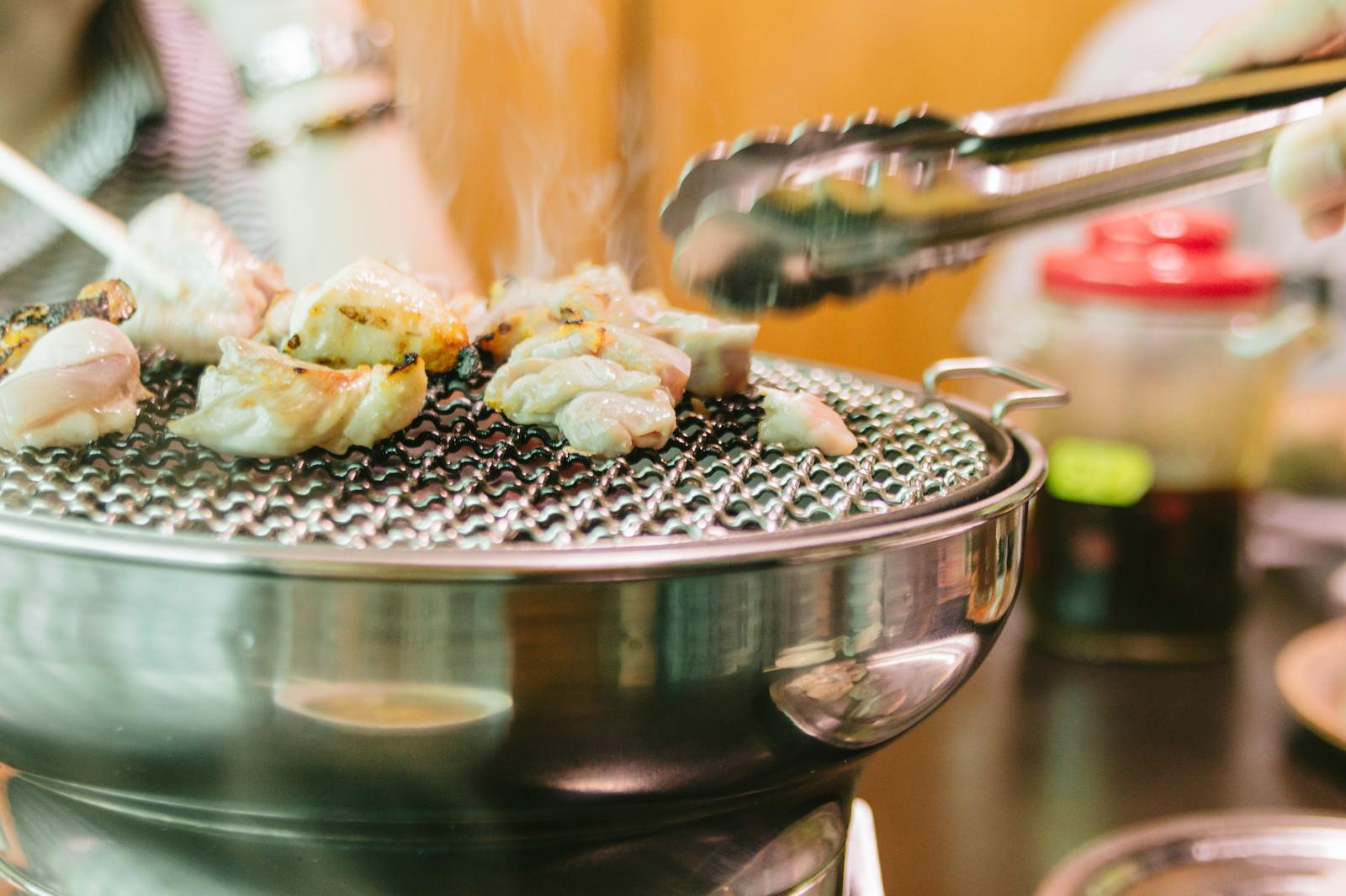 「網の上で鶏肉を焼きます」の写真