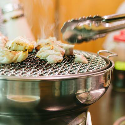 「網の上で鶏肉を焼きます」の写真素材