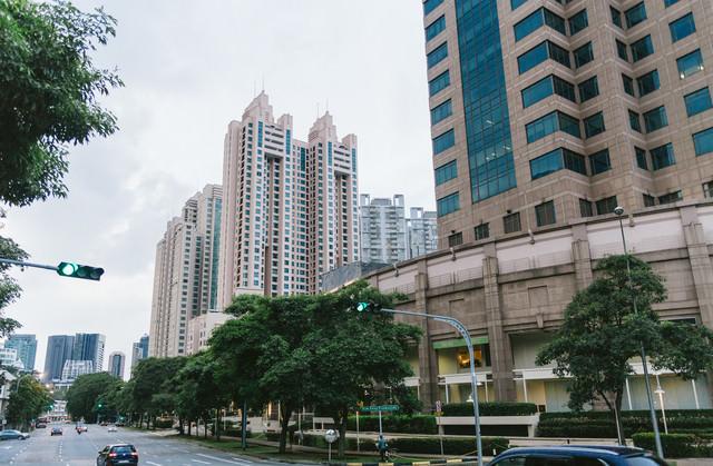 高層マンションが立ち並ぶシンガポールの街並みの写真