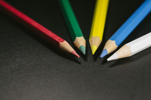 赤・緑・黄・青・白の色鉛筆(5本)の写真