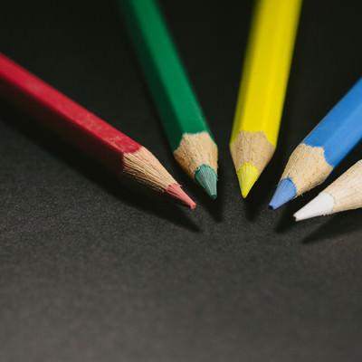 「赤・緑・黄・青・白の色鉛筆(5本)」の写真素材