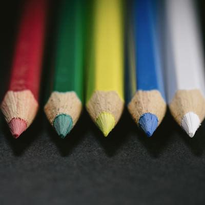 「5本で1つのグループ(色鉛筆)」の写真素材