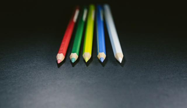方向性の違いで、それぞれ別の道を歩みはじめる色鉛筆(5本)の写真