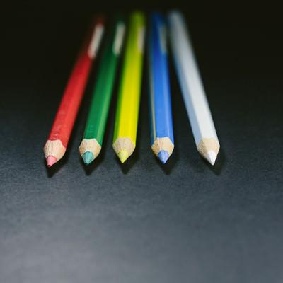 「方向性の違いで、それぞれ別の道を歩みはじめる色鉛筆(5本)」の写真素材