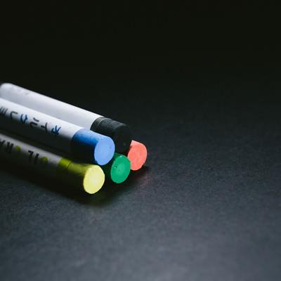 「仲良しだった5色のクレヨン」の写真素材