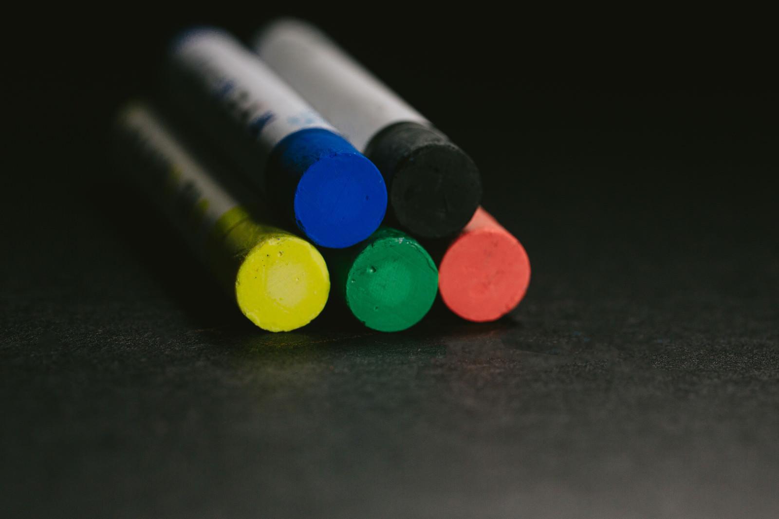 「赤・緑・黄・青・黒のクレヨン(5本)」の写真