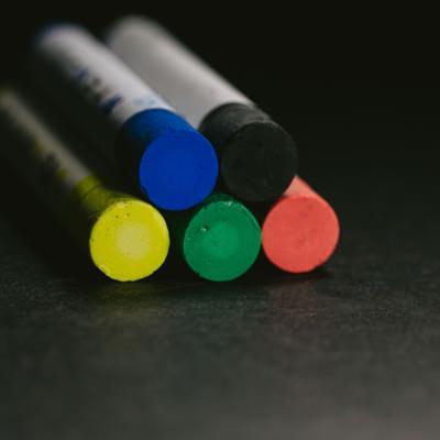 赤・緑・黄・青・黒のクレヨン(5本)の写真