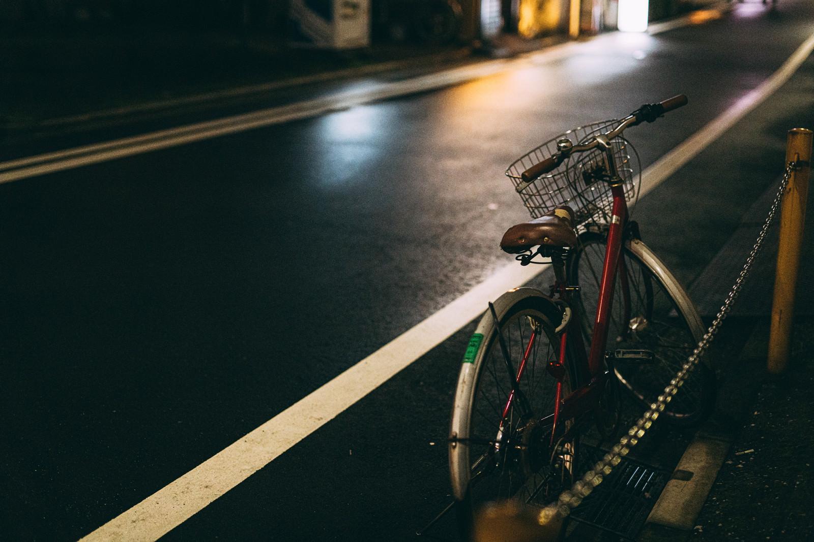 「雨上がりの路地に止めた自転車」の写真