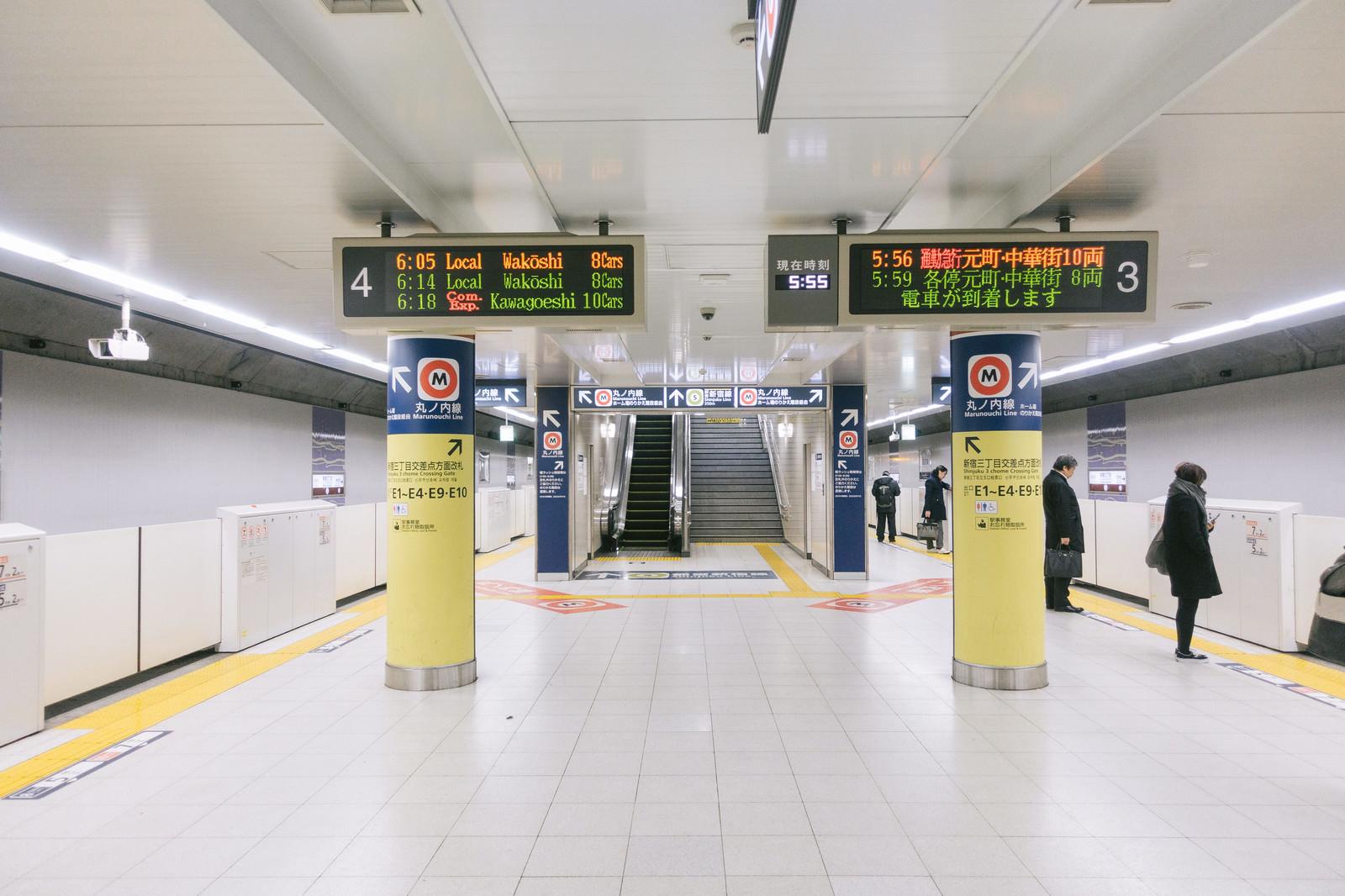 「朝6時前の新宿三丁目駅ホーム」の写真
