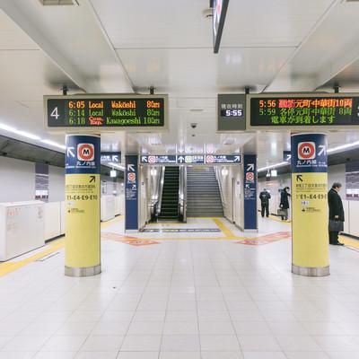 朝6時前の新宿三丁目駅ホームの写真