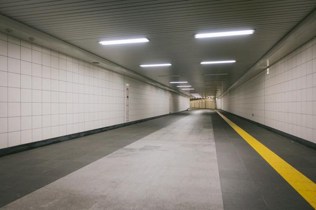 新宿三丁目駅構内E9出口に向かう通路の写真