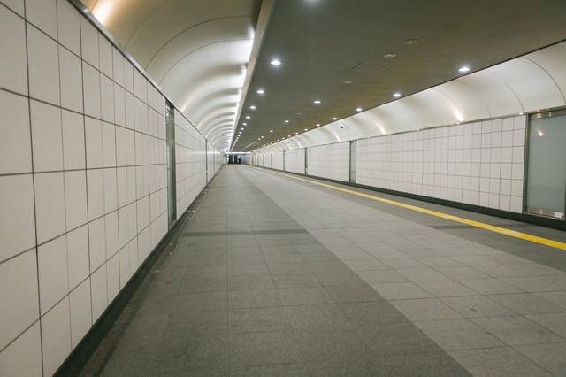 新宿三丁目駅構内E10出口に向かう通路の写真