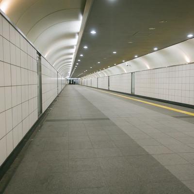 「新宿三丁目駅構内E10出口に向かう通路」の写真素材