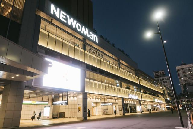 夜が明ける前のバスタ新宿の写真