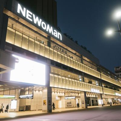 「夜が明ける前のバスタ新宿」の写真素材