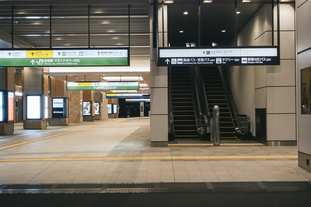 JR新宿駅とバスタ新宿入口の写真