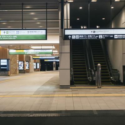 「JR新宿駅とバスタ新宿入口」の写真素材
