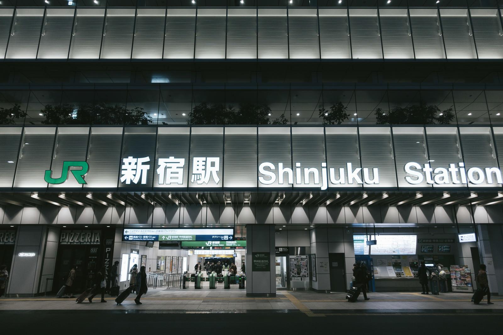 「朝早いJR新宿駅(甲州街道口)」の写真