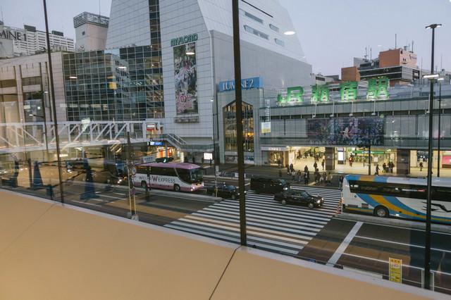 朝早くても交通量が多いJR新宿駅前の写真