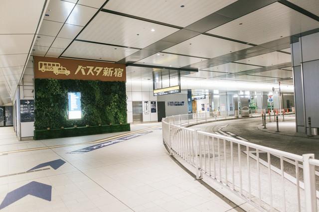 バスタ新宿の3階通路の写真