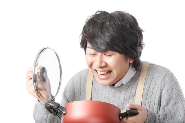 我慢できずに鍋の蓋をあける食いしん坊の写真