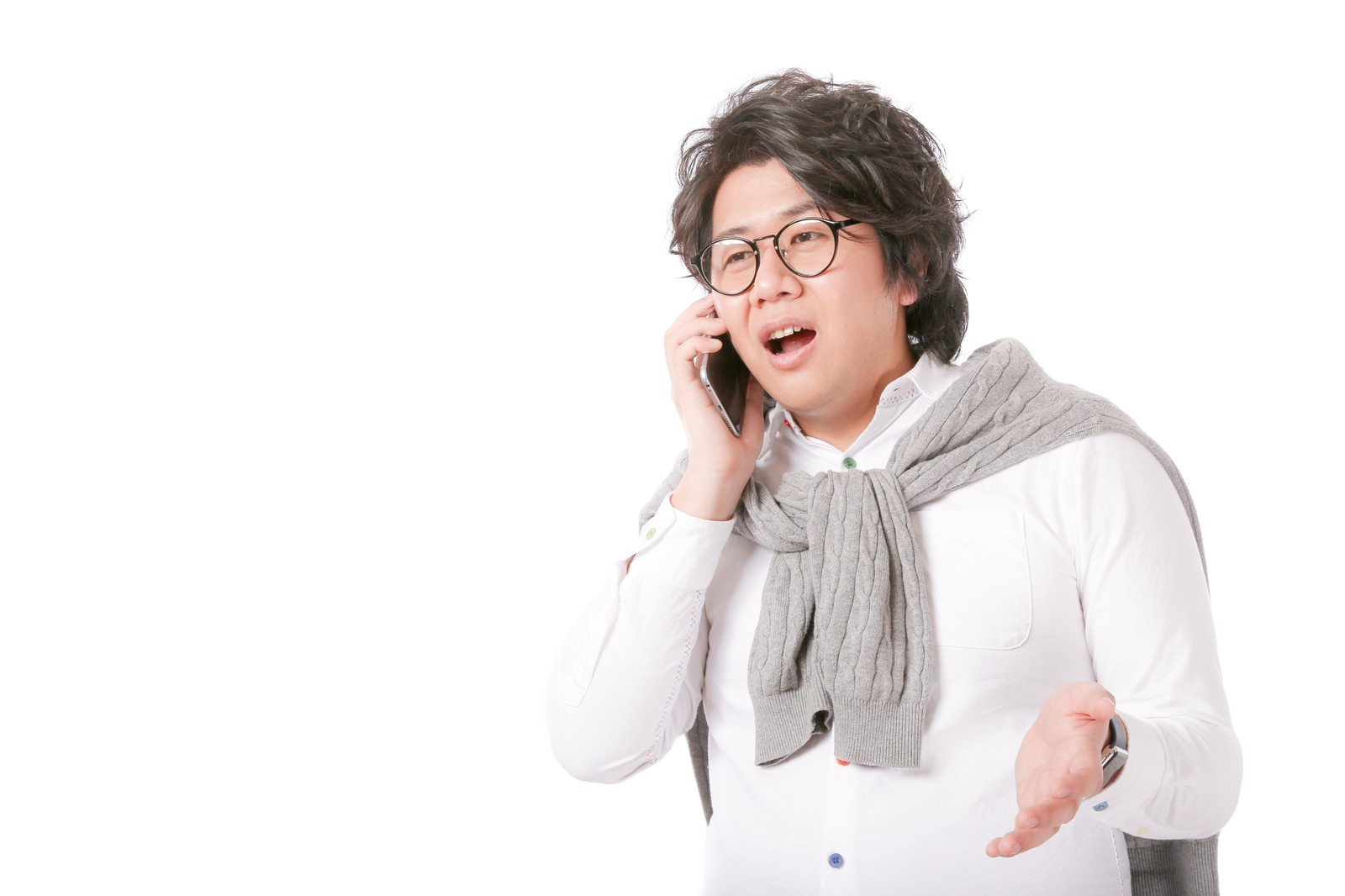 「バズるコンテンツのスキームを電話越しに語るグロースハッカー」の写真[モデル:あまのじゃく]