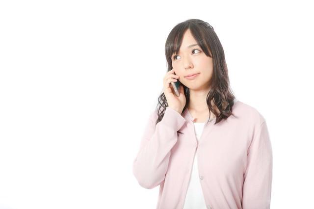 親切丁寧な電話サポートに笑顔が溢れる女性消費者の写真