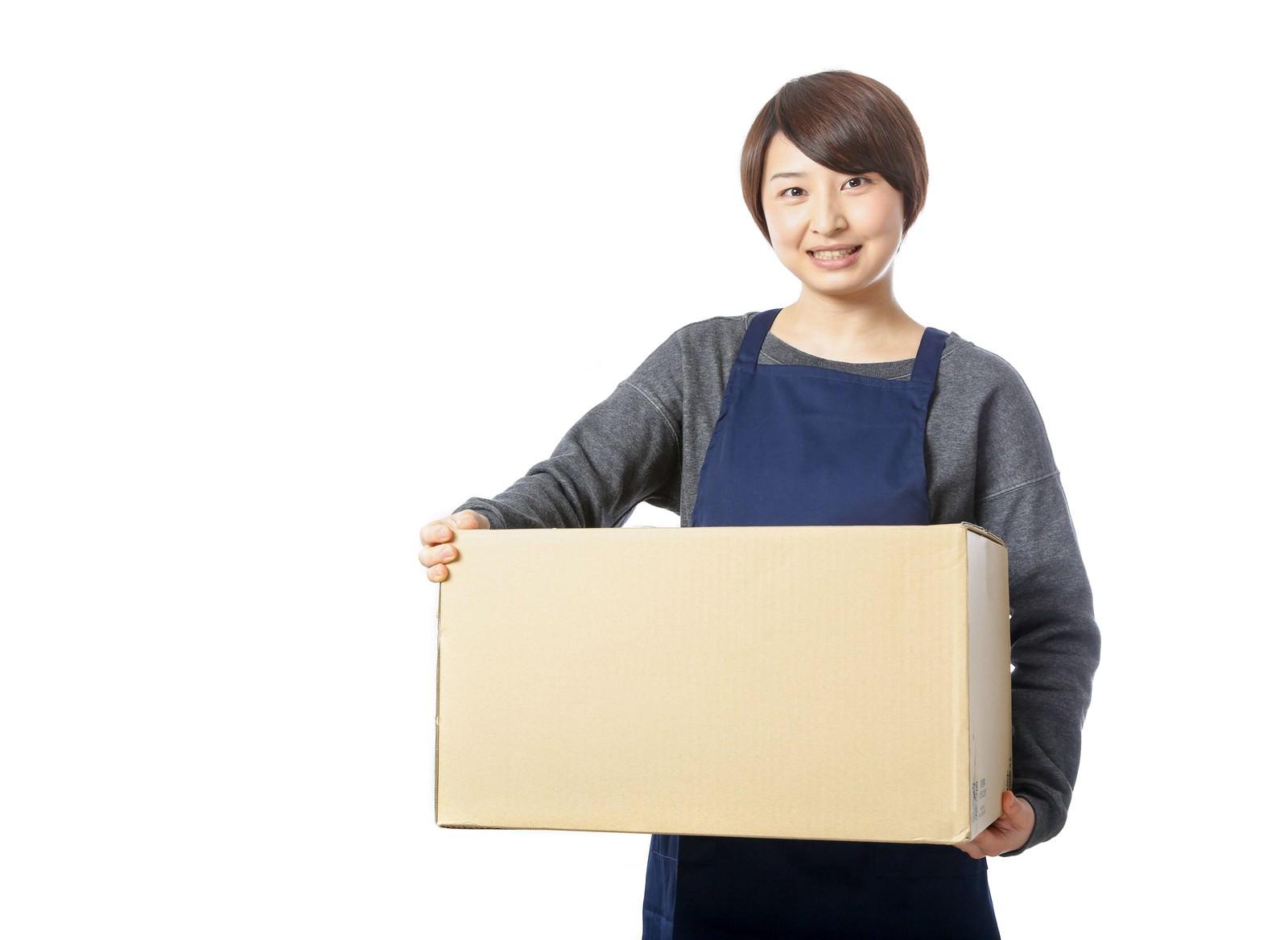 「受け取りのサインを要求する宅配員」の写真[モデル:八木彩香]