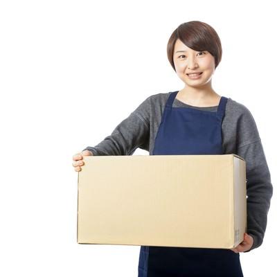 「受け取りのサインを要求する宅配員」の写真素材