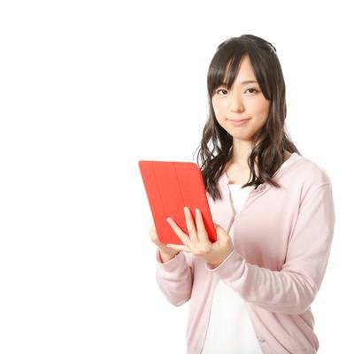 タブレットで本日の予定をチェックする広報女子の写真