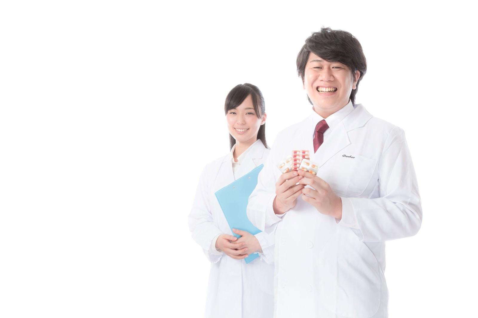 「正確無比な調剤を行う管理薬剤師」の写真[モデル:朽木誠一郎 さとうゆい]
