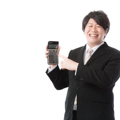 「「願いましては〜」のかけ声とともに電卓を取り出す経理担当」の写真素材