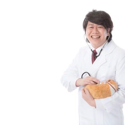 「飼い主から慕われる獣医師」の写真素材