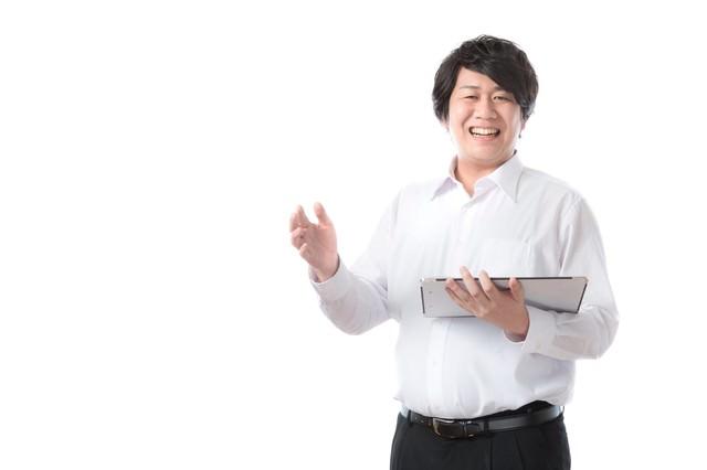 エントリーシートを見ながら転職のアドバイスをする男性の写真