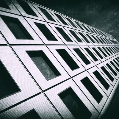 「ビルを見上げる(モノクロ)」の写真素材