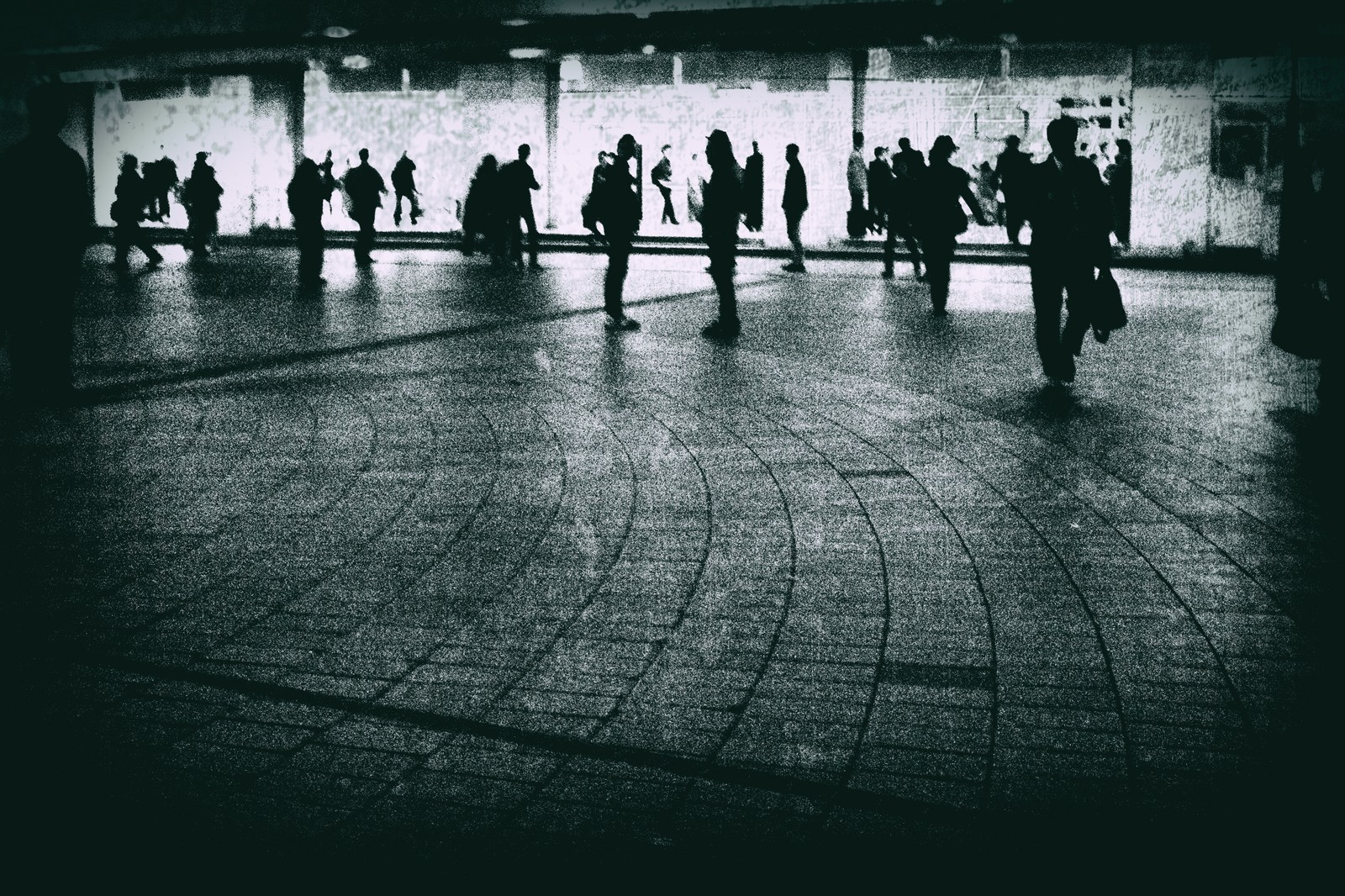 「駅前の往来する人々(ノイズ)」の写真