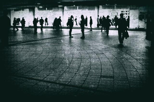 駅前の往来する人々(ノイズ)の写真