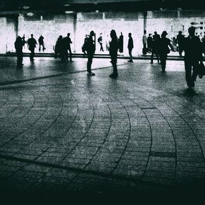「駅前の往来する人々(ノイズ)」の写真素材