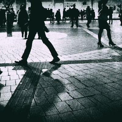 「人が行き交うシルエット(モノクロ)」の写真素材