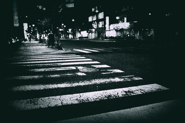 薄れかかった横断歩道の写真