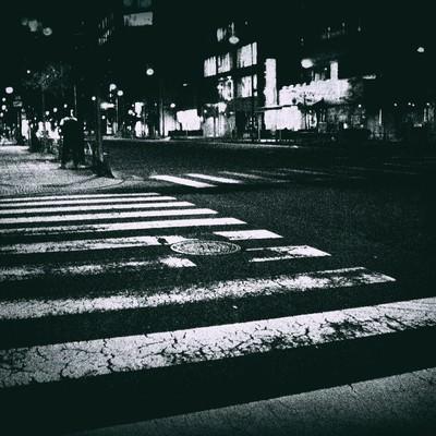 「薄れかかった横断歩道」の写真素材