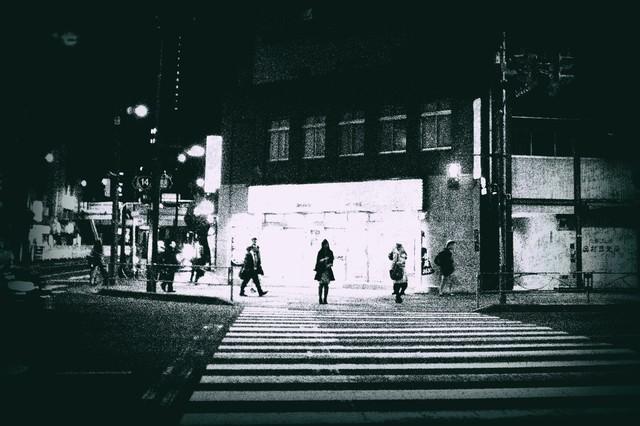 信号待ち(白黒)の写真
