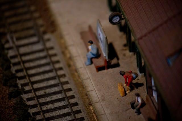 線路と駅(ミニチュア)の写真