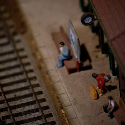 「線路と駅(ミニチュア)」の写真素材