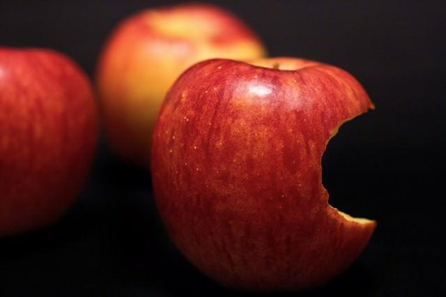 かじられ置かれた林檎の写真