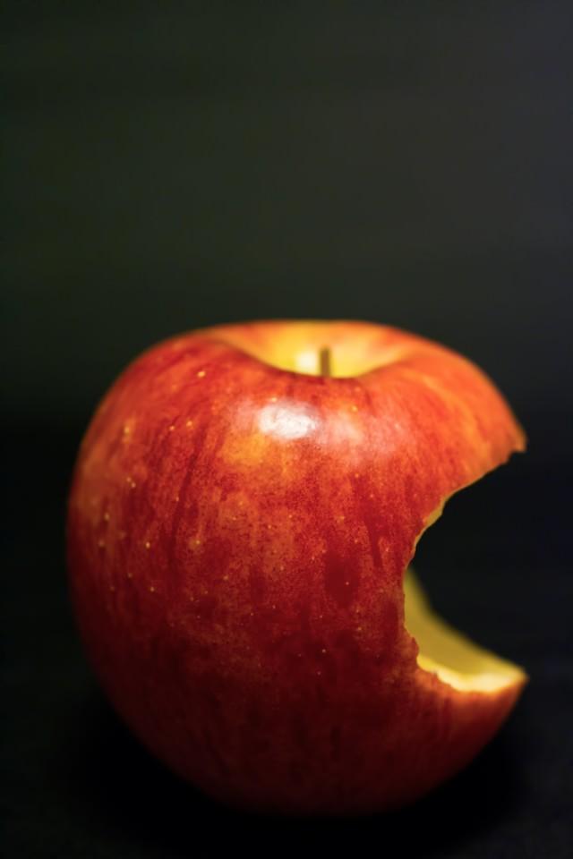 かじられた林檎の写真
