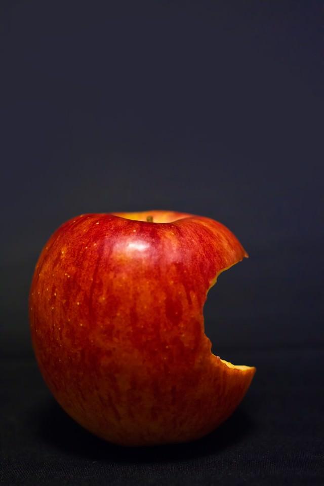 片側をかじられた林檎の写真