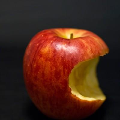 「かじった後のりんご」の写真素材