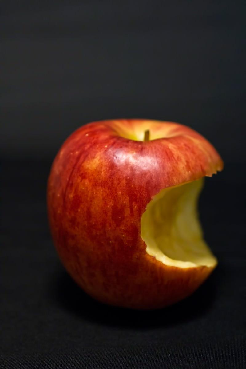 「かじった後のりんご」の写真